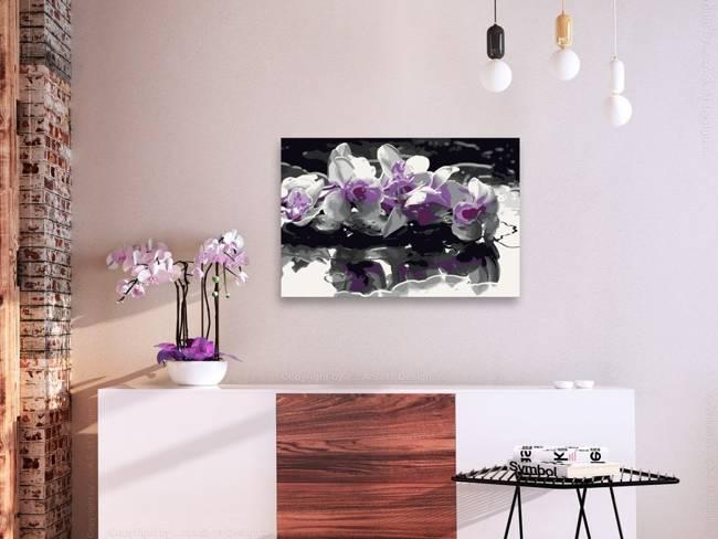 Obraz do samodzielnego malowania - Fioletowa orchidea (czarne tło i odbicie w wodzie)